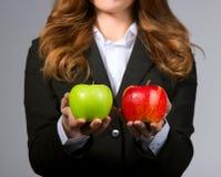 Женщина предлагает выбор 2 решений дела Стоковые Фото