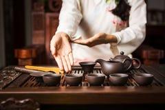 Женщина предлагая традиционно подготовленный китайский чай Стоковая Фотография RF