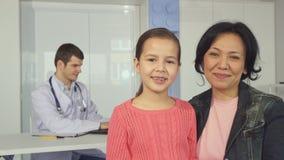 Женщина представляет с ее дочерью на больнице ` s детей стоковое изображение rf