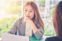 Женщина представляет форму для заявления к интервьюер, применяясь для новой работы, концепция возможности карьеры: Исполнительная стоковые фото