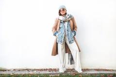 Женщина представляя в многослойном обмундировании осени стоковое фото