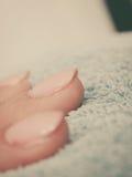 Женщина представляя ей красивые покрашенные ногти гибрида геля стоковые фото
