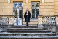 Женщина представляя на лестнице стоковые изображения rf