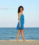 Женщина представляя на пляже стоковое фото