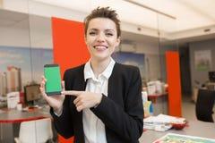 Женщина представляя недвижимость App стоковое изображение rf