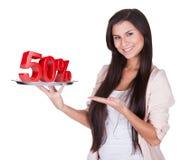 Женщина представляя рабат 50% на серебряном диске стоковое изображение
