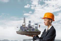 Женщина представляя строительный проект Мультимедиа Стоковые Фотографии RF