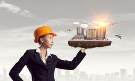 Женщина представляя строительный проект Мультимедиа Стоковое Фото