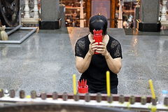 Женщина предсказывает удачу ручками хиа хиа, шов Si, ручки удачи, китайский прогноз удачи Стоковое Фото