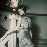 женщина представляя внутри на винтажных лестницах обрабатывать год сбора винограда Стоковые Изображения