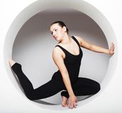 Женщина представляя в круге Стоковая Фотография RF
