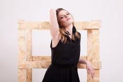 Женщина представляя моду в фото студии стоковые фото