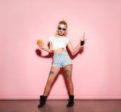 Женщина представляя с бургером и коксом Стоковое Фото