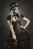 Женщина представляя с оружием steampunk Стоковые Изображения