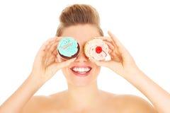 Женщина представляя с пирожными Стоковые Фотографии RF