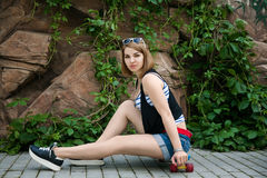 Женщина представляя с скейтбордом стоковые изображения rf