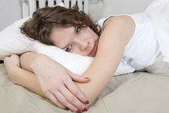 женщина привлекательной скручиваемости брюнет кровати лежа Стоковая Фотография
