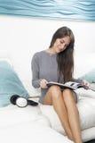 женщина привлекательного кресла сидя стоковое фото