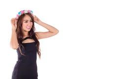 Женщина привлекательной улыбки азиатская с шляпой цветка стоковые фотографии rf