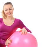 Женщина пригодности с усмехаться шарика радостный и счастливый, изолировано на w Стоковое Изображение