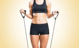 Женщина пригонки, здоровых и sporty в sportswear делая exerc детандера Стоковые Изображения RF