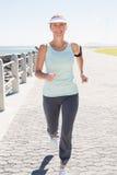 Женщина пригонки зрелая jogging на пристани Стоковые Фото