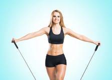 Женщина пригонки, здоровых и sporty в sportswear делая exerc детандера Стоковые Фото