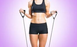 Женщина пригонки, здоровых и sporty в sportswear делая exerc детандера Стоковое Изображение