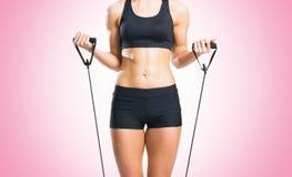 Женщина пригонки, здоровых и sporty в sportswear делая exerc детандера Стоковая Фотография
