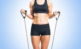 Женщина пригонки, здоровых и sporty в sportswear делая exerc детандера Стоковое фото RF