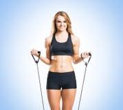 Женщина пригонки, здоровых и sporty в sportswear делая exerc детандера Стоковые Фотографии RF