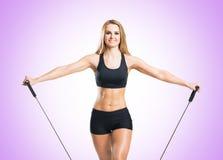 Женщина пригонки, здоровых и sporty в sportswear делая exerc детандера Стоковые Изображения