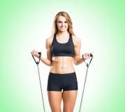 Женщина пригонки, здоровых и sporty в sportswear делая exerc детандера Стоковая Фотография RF