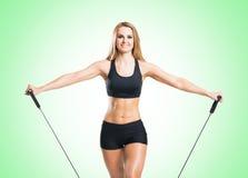Женщина пригонки, здоровых и sporty в sportswear делая exerc детандера Стоковое Изображение RF
