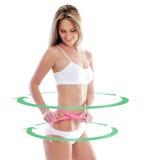 Женщина пригонки измеряет ее тело с лентой стоковое фото