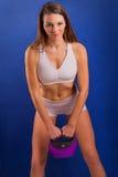 Женщина пригонки с весом колокола чайника Стоковая Фотография