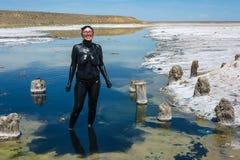 Женщина признавает лечебные ванны грязи на озере Baskunchak Стоковые Изображения RF