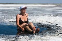 Женщина признавает лечебные ванны грязи на озере Elton Стоковая Фотография RF