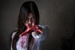 Женщина призрака или достигаемость зомби рука в темной комнате Стоковое фото RF