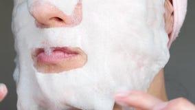 Женщина прикладывает маску пузыря для заботы кожи Концепция красоты, кожа проблемы, против старения косметология сток-видео