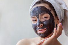 Женщина прикладывая маску на стороне стоковое фото rf