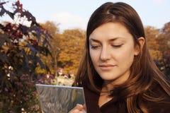 Женщина прикладывая состав Стоковое Изображение RF