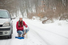 Женщина прикладывая цепи снежка Стоковые Изображения