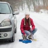 Женщина прикладывая цепи снежка Стоковое фото RF