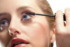 Женщина прикладывая mascara Стоковое фото RF