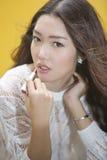 Женщина прикладывая губную помаду Стоковое Изображение RF