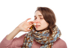 Женщина прикладывая носовой брызг Стоковая Фотография RF