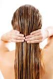 Женщина прикладывая проводник волос Изолировано на белизне Стоковая Фотография RF