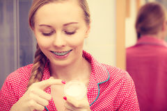 Женщина прикладывая moisturizing сливк кожи Skincare Стоковые Изображения