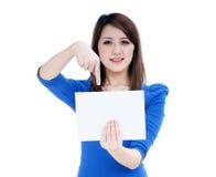 женщина примечания удерживания пустой карточки милая Стоковые Фотографии RF